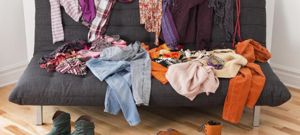 Kleiderhaufen auf Sofa