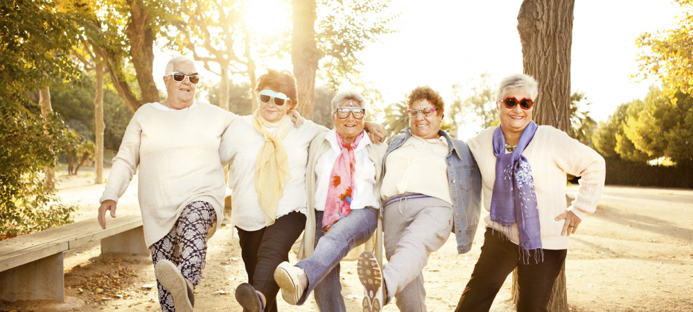 Verrückte alte Frauen mit Sonnenbrillen tanzen im Park