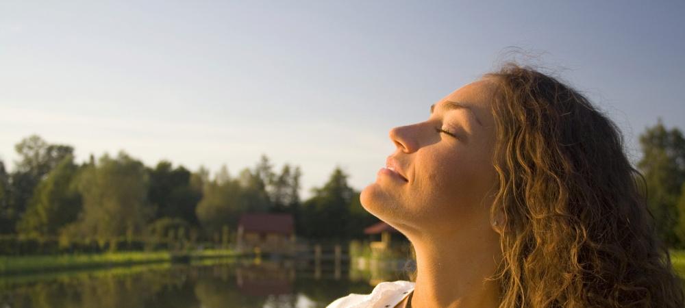 Frau atmet tief ein