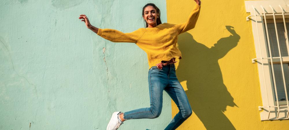 Lächelnde, junge Frau macht riesige Seifenblase