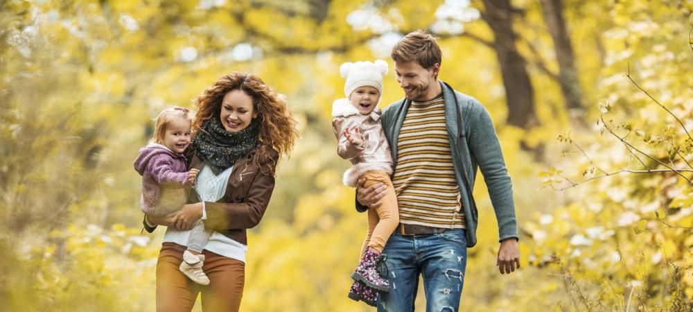 Glückliche Familie bei Spaziergang im Herbst