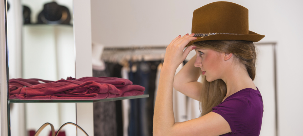 Hübsche Frau probiert Hut