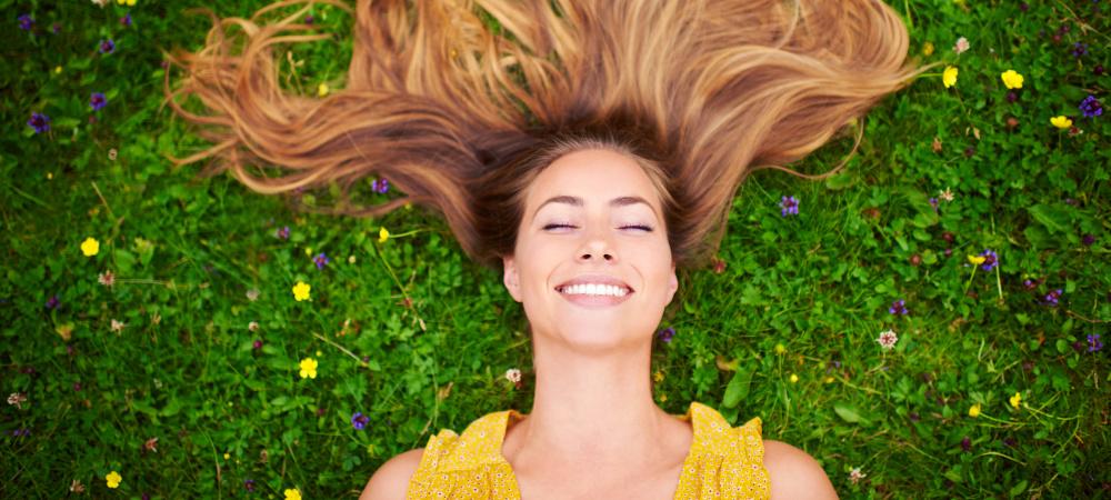 Frau liegend Blumenwiese
