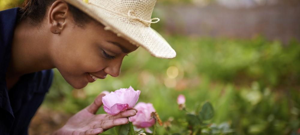 Frau im Rosengarten