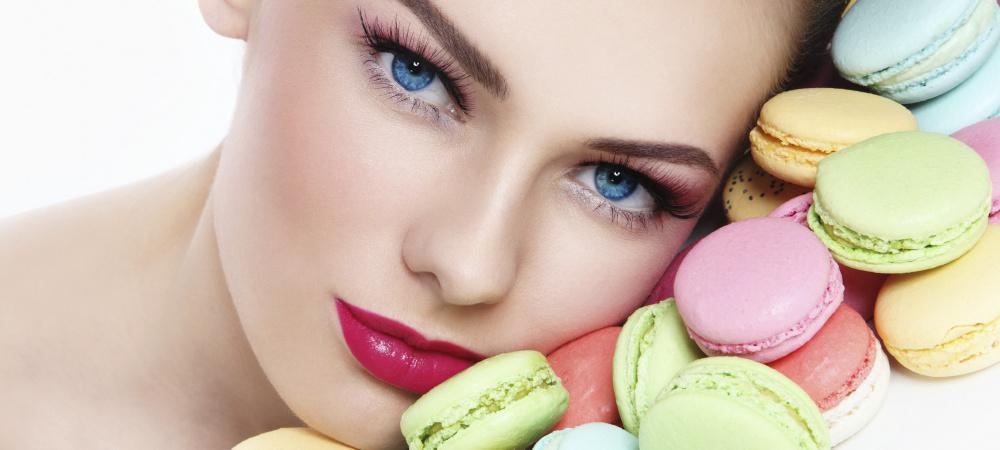 Frau mit Macarons