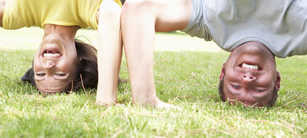 Paar macht Kopfstand im Gras