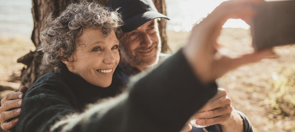 Glückliches älteres Paar macht Selfie
