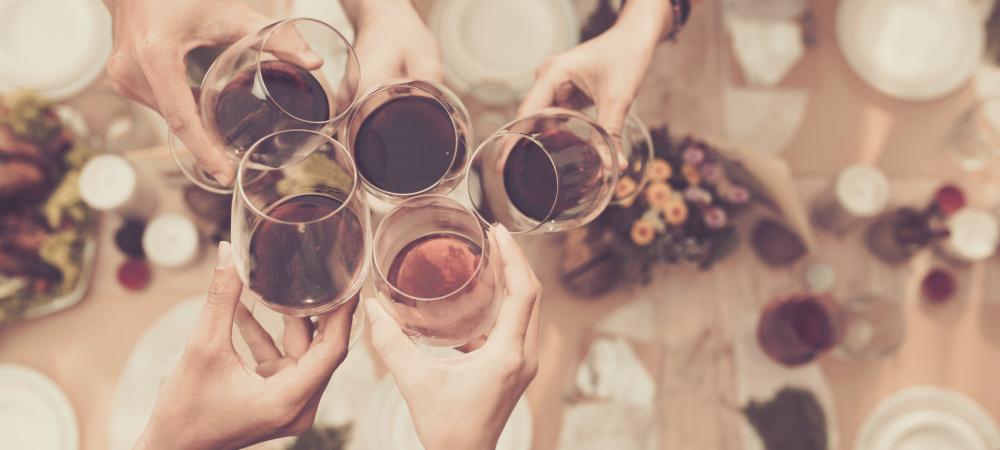 Anstoßen mit Wein