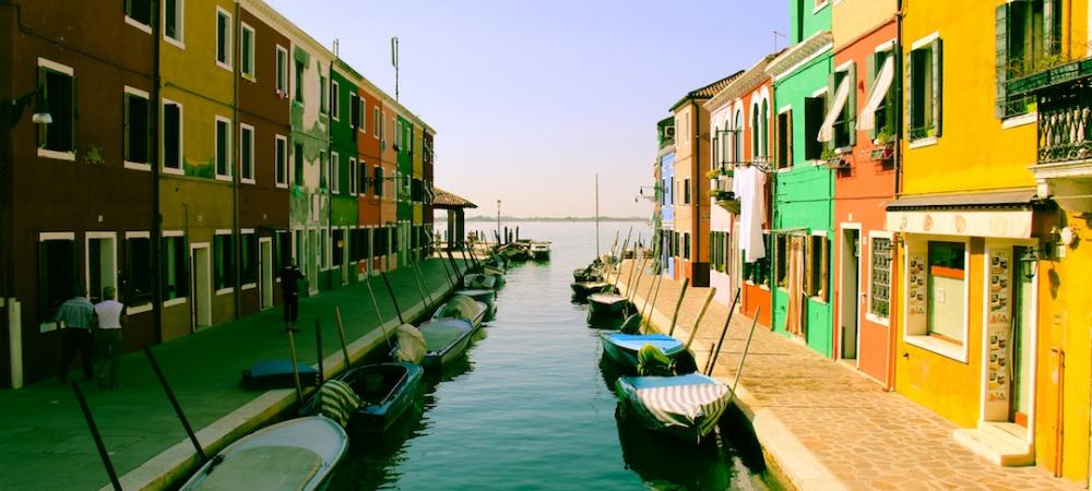 Kanal und Häuser