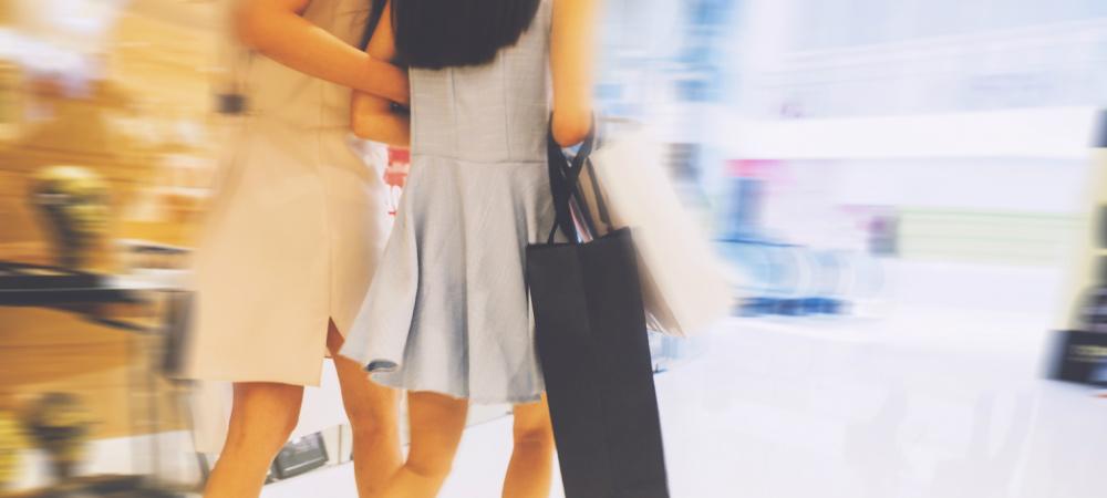 Zwei Frauen beim Shopping