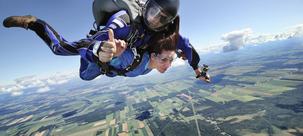 Frau beim Tandem-Fallschirmsprung