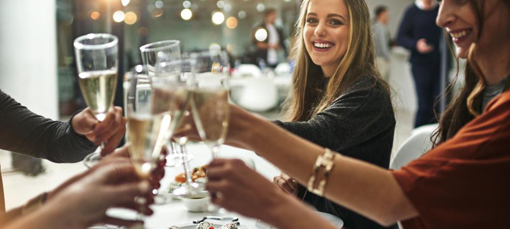Bist du eine gute Gastgeberin? Freunde zuhause beim Essen