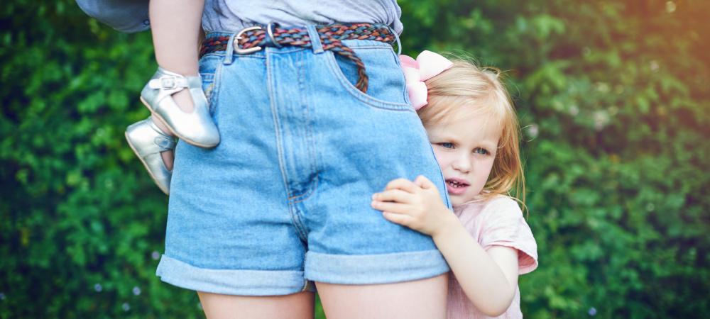 Wann ist der ideale Zeitpunkt für ein Kind? Frau mit zwei kleinen Kindern