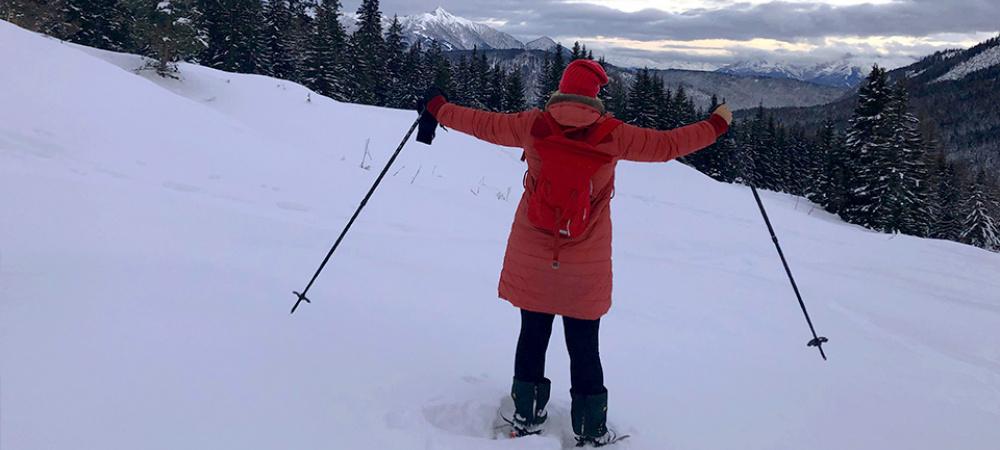 Yoga in den Bergen: Frau im Schnee