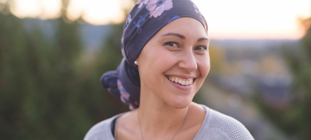 Diagnose Brustkrebs, Frau lächelt