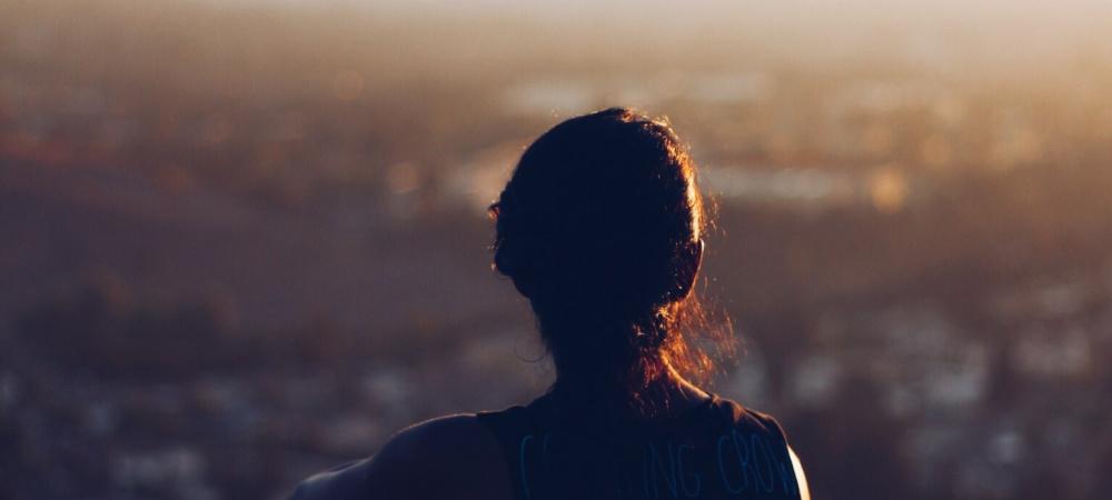 Mädchen im Sonnenuntergang