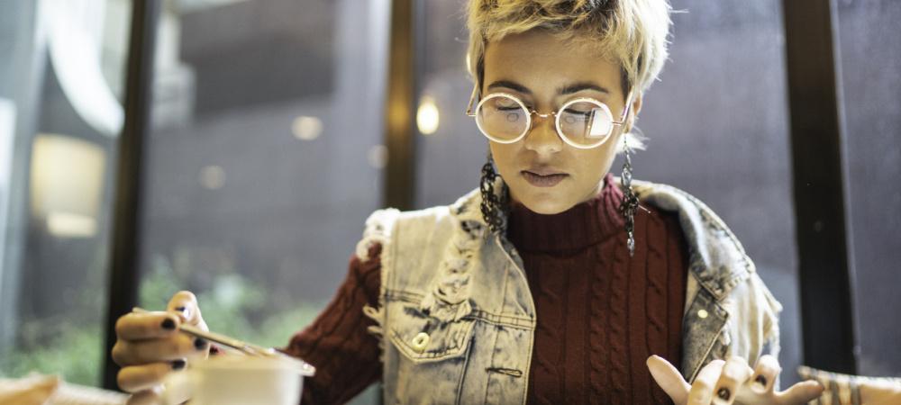 Finanziell unabhängig werden – Frau am Tablet