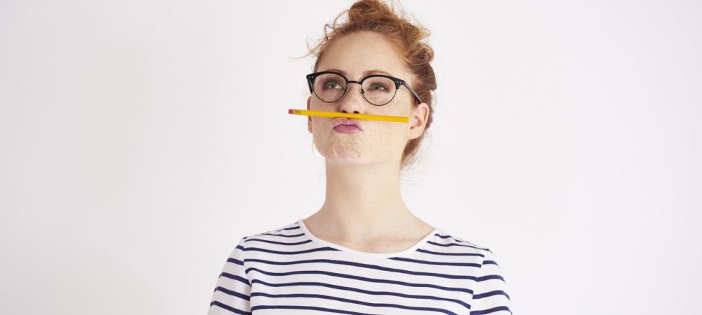 Intuition im Beruf: Frau überlegt