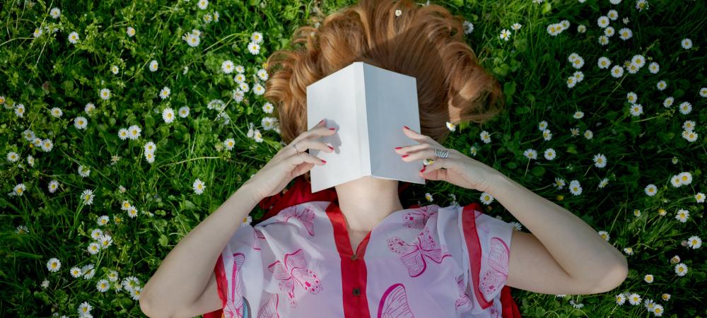 Warum Bücher lesen so wichtig für uns ist: Frau liest
