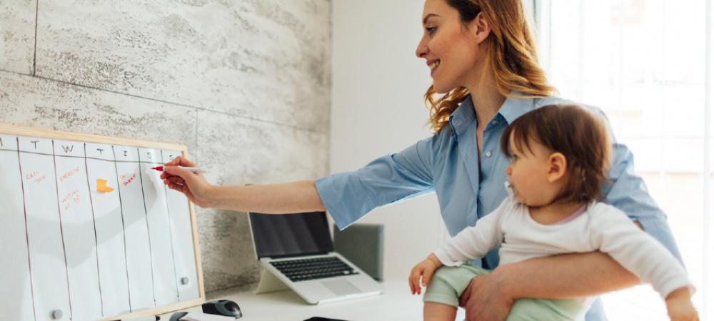 Arbeitende Frau mit Kind im Büro
