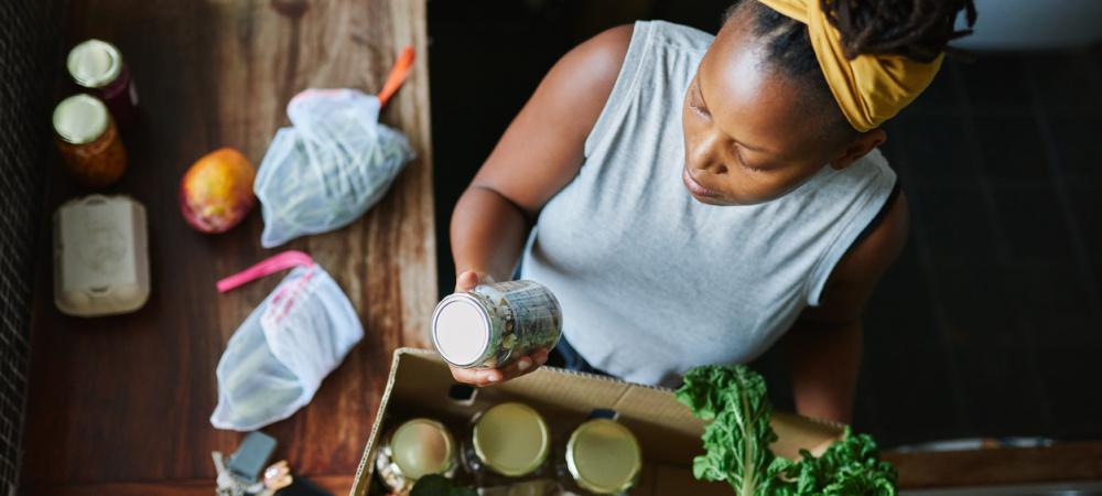 Frau in ihrer Küche mit Lebensmitteln