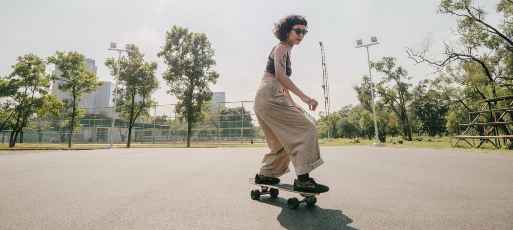 Junge Frau mit Longboard