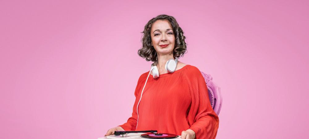 Mitra Kassai: Seniorinnen unterhalten mit Oll inklusiv