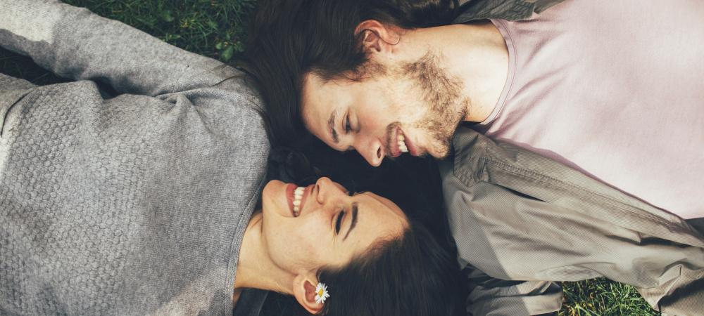 Paar auf einer Wiese