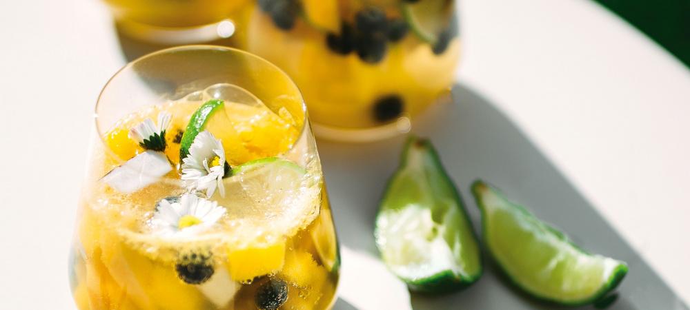 Sommerbowle mit Heidelbeeren und Mango