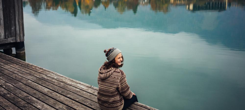 Tipps zur Entschleunigung: Frau am See