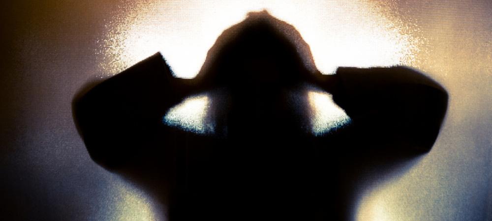 Silhouette Frau hinter Tür