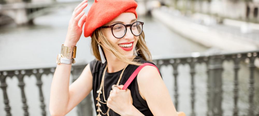 Frau in Paris mit Baskenmütze