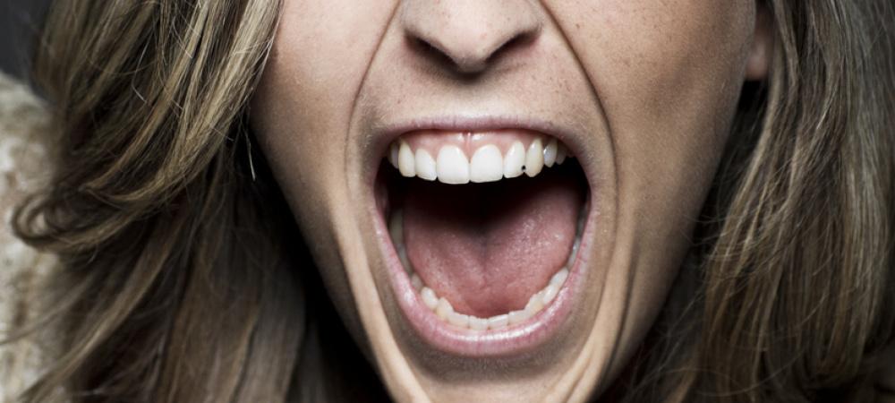 Weibliche Wut: Frau schreit wütend