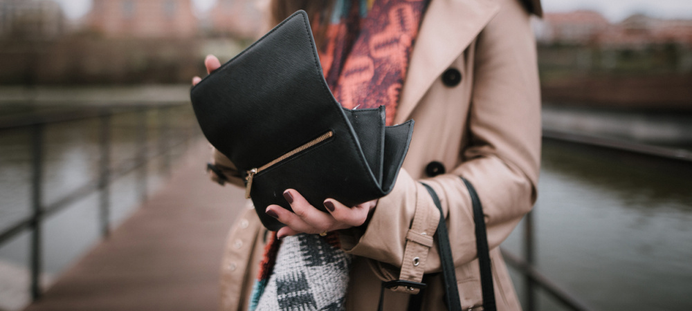 Frau mit Geldbörse - Vermögensaufbau