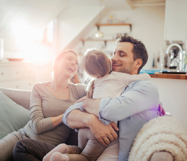 Pflegekind: Eltern mit ihrem Kind