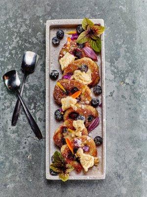 Blaubeerpfannkuchen mit Haselnussparfait