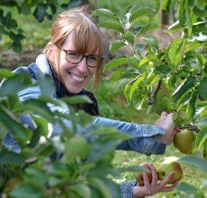 Stefanie Mixa bei der Apfelernte