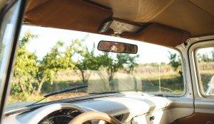 Paar im Rückspiegel eines alten Autos