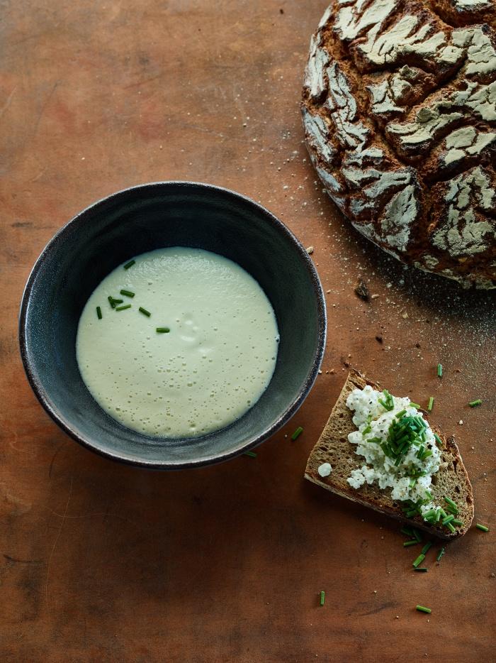 Topinambur-Lauch-Riesling-Suppe mit Hüttenkäse-Schnittlauch-Brot