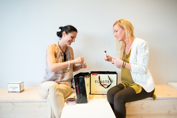 Frauen testen Trinkampullen