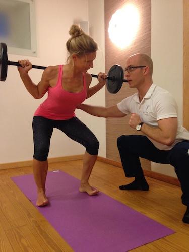 Mareile Braun beim Kraft-Yoga mit Langhantel