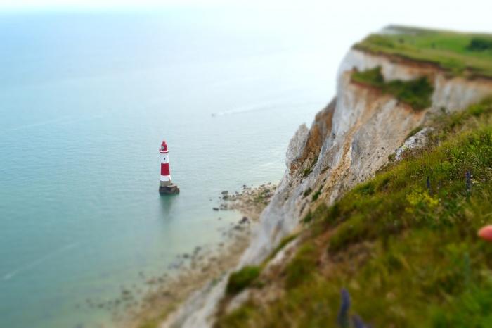 Miniatur-Leuchturm im Meer