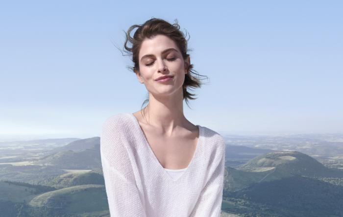 Frau geschlossene Augen Bergkulisse