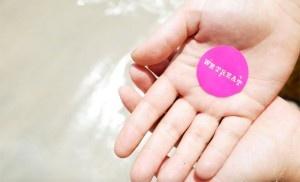 Hände mit Wetreat-Button