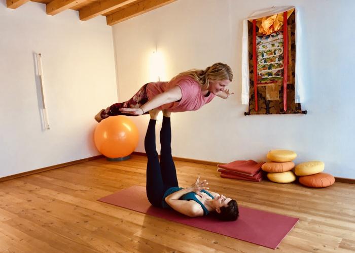 Yoga in den Bergen: Acro-Yoga