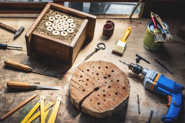 Ein Baumstamm dient als Bienenhotel