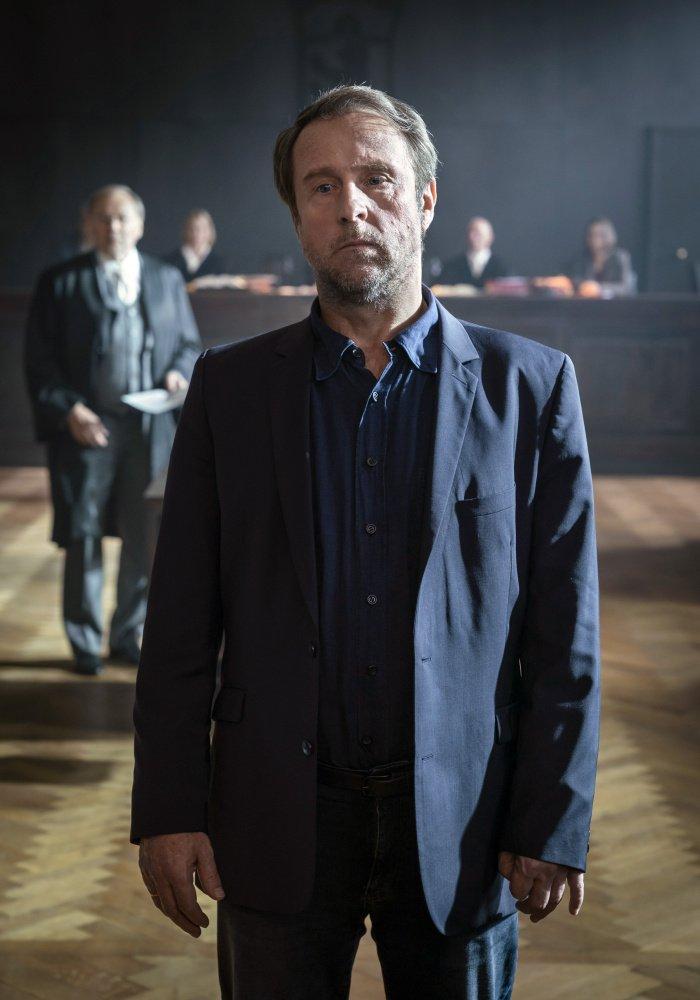 Bjarne Mädel als Peter Nadler in Schirachs Feinde – Gegen die Zeit