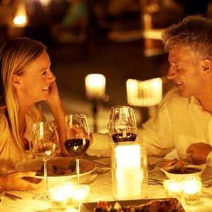 Pärchen beim romantischen Abendessen