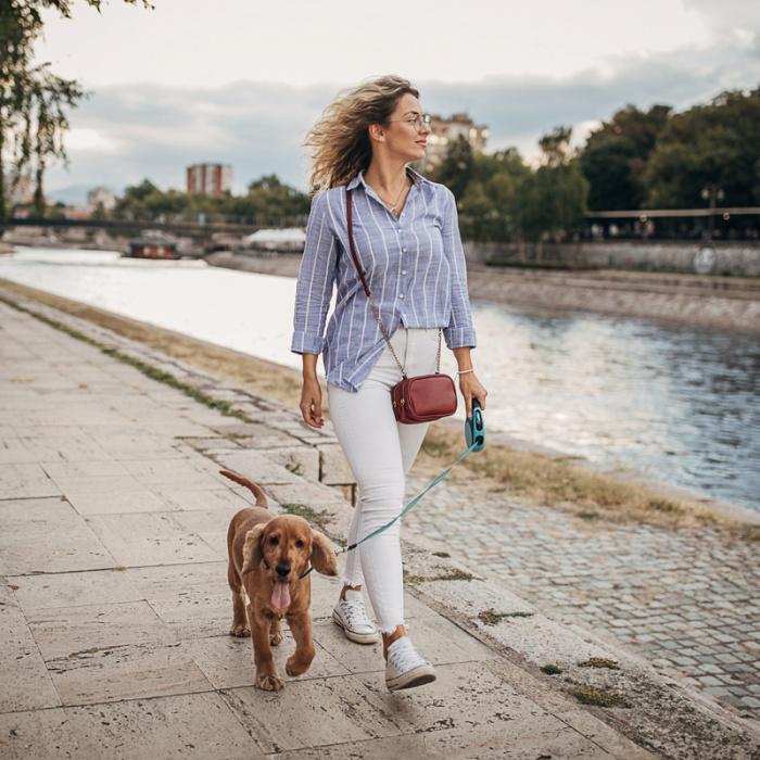 Frau spaziert mit Hund