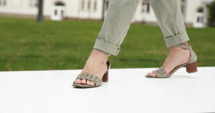 Frauenfüße mit Sandalen